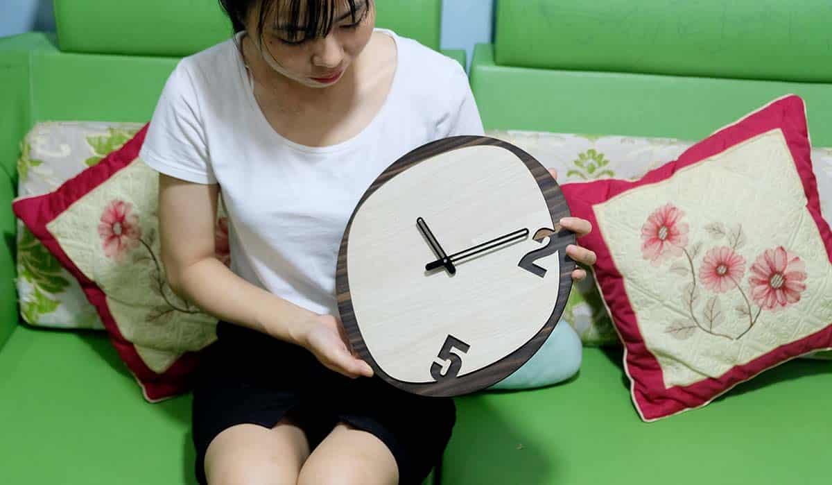 Ứng dụng đồng hồ treo tường kim trôi bằng gỗ