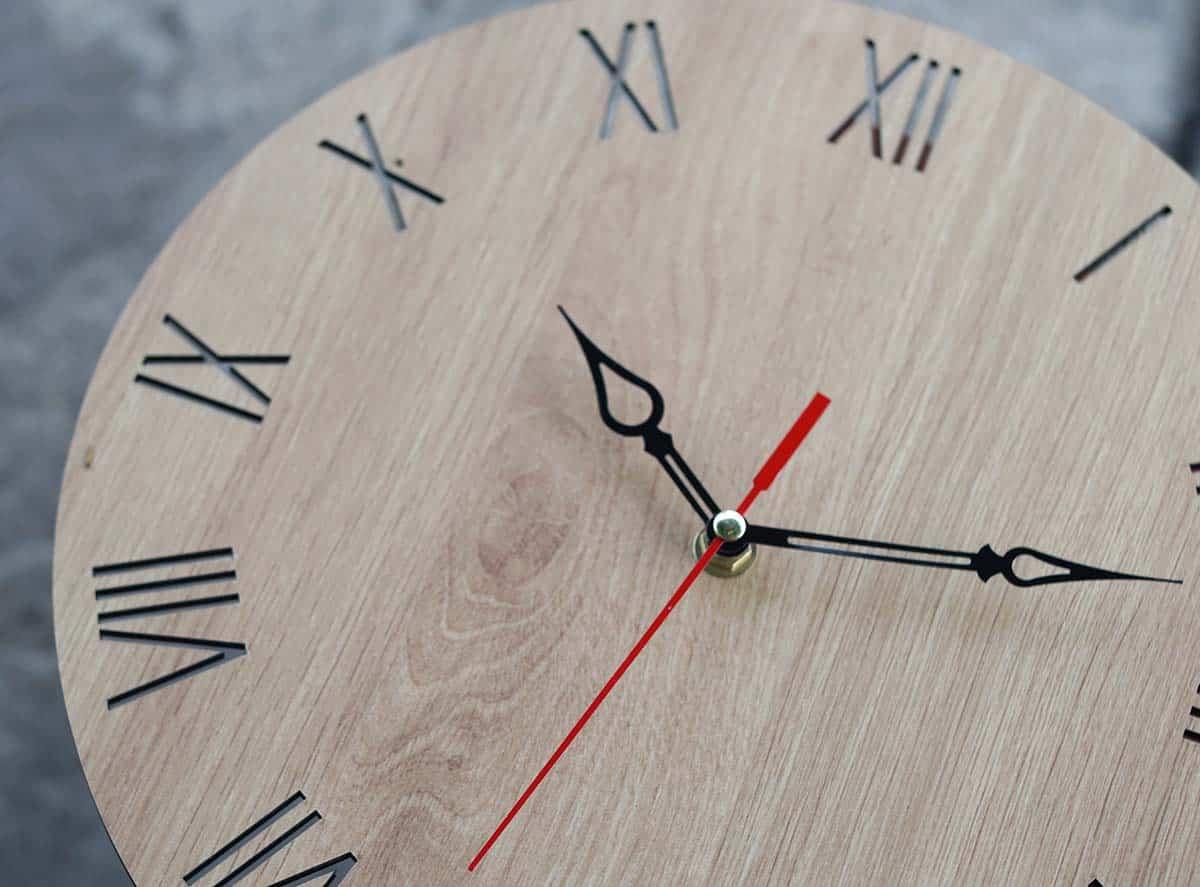 Đồng hồ treo tường mặt gỗ mdf có bền không?